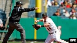 El jugador de los Pittsburgh Pirates Andy LaRoche lanza una bola hacia la primera base.