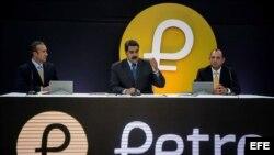 """Nicolás Maduro (c); vicepresidente Tareck El Aissami (i) y el ministro Hugbel Roa (d), en acto presentando criptomoneda """"petro"""""""