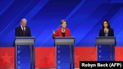 Joe Biden, Elizabeth Warren y Kamala Harris en el debate de Houston. De izquierda a derecha.