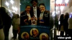 """Cartel del humorístico """"Jura decir la verdad"""" en el lobby del Karl Marx."""