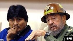 Fidel Castro y Evo Morales (d-i).