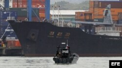 Vista del barco norcoreano Chong Chon Gang atracado en el muelle Manzanillo de la caribeña ciudad de Colón (Panamá).