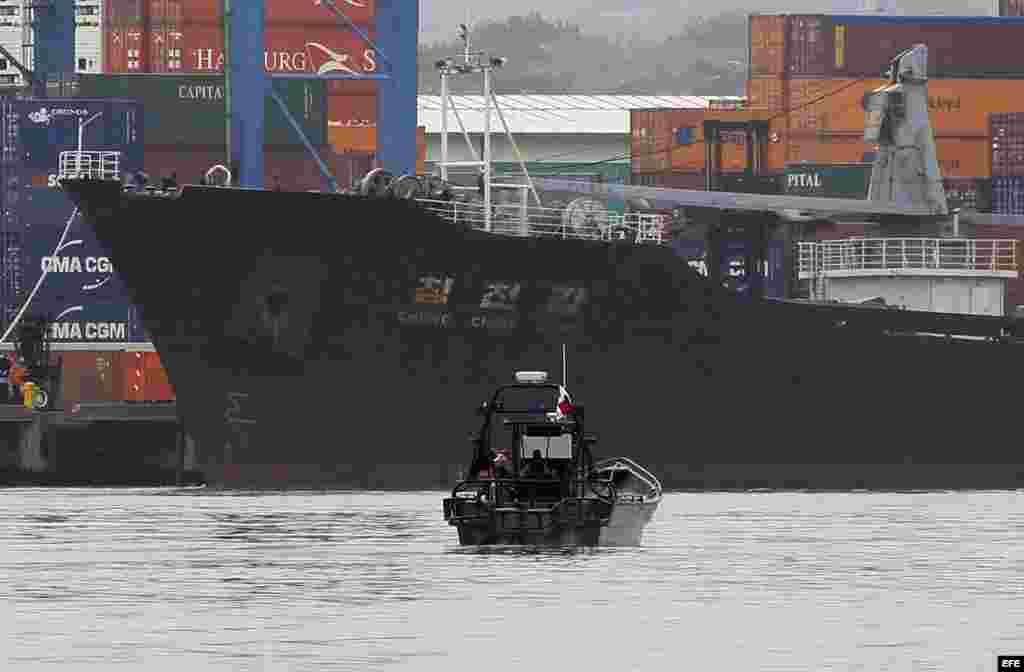 Vista del barco norcoreano Chong Chon Gang atracado en el muelle de Manzanillo de la caribeña ciudad de Colón (Panamá).
