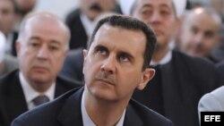 Fotografía facilitada por la Agencia siria SANA que muestra al gobernante sirio Bachar al Asad durante los rezos del Eid al-Fitr, festividad que marca el fin del Ramadán. EFE/ Sana / Handout