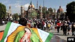 Feligreses llegan a la plazoleta frente a la Basílica de Guadalupe, en Ciudad de México (México).