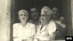 Fotografía facilitada por el Centro de Arte Moderno de Madrid en la que aparece el escritor cubano José Lezama Lima (2i), junto a su madre Rosa (2d) y sus hermanas, Rosa y Eloísa, en el balcón de su casa de La Habana.