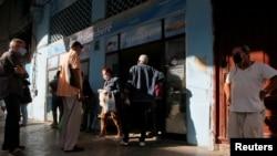 Habaneros hacen fila frente a una panadería. REUTERS/Stringer