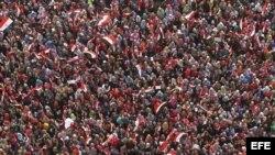 Numerosas personas participan en la protesta convocada contra el presidente Mohamed Morsi para pedir su dimisión, en la plaza Tahrir de El Cairo, Egipto, el 3 de julio del 2013.