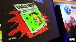 Vista de una imagen del diario satírico francés Charlie Hebdo proyectada durante la reunión de medio año de la Sociedad Interamericana de Prensa.