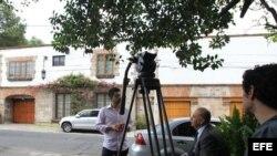 Periodistas permanecen, lunes 14 de abril del 2014, a las puertas de la casa del escritor colombiano Gabriel García Márquez, de 87 años, en Ciudad de México.