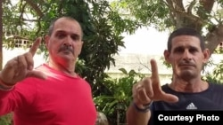 Detienen y multan a activistas que realizarían una peña en un parque de La Habana