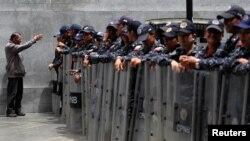 Miembros del Cuerpo de Policía Nacional Bolivariana (CPNB) cierran fila cerca de la Asamblea Nacional de Venezuela en Caracas, el 14 de mayo de 2019. (Reuters).