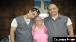 Harold Alcalá Aramburu y Mikel Delgado Aramburu con su abuela en visita a la prisión.