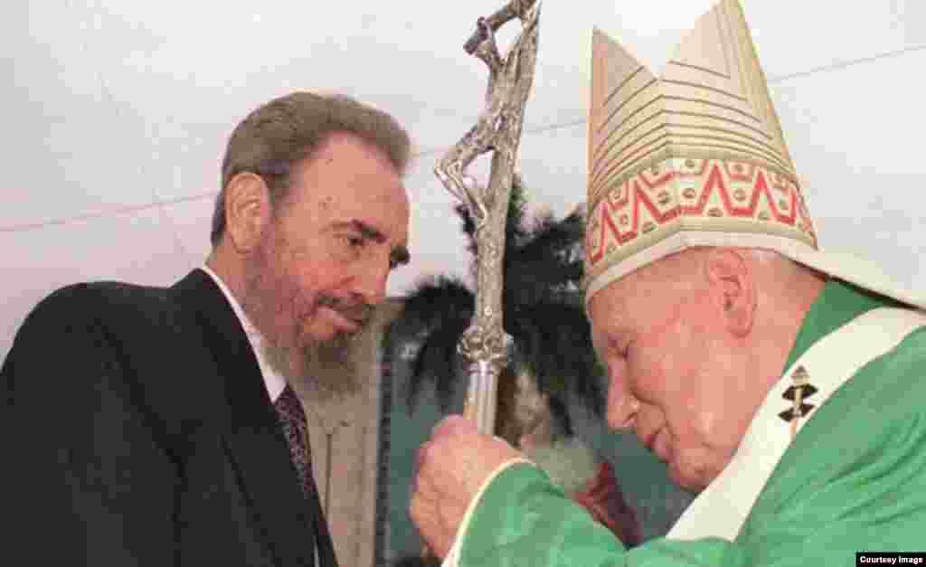 Juan Pablo II y Fidel Castro durante la visita del Sumo Pontífice a La Habana.