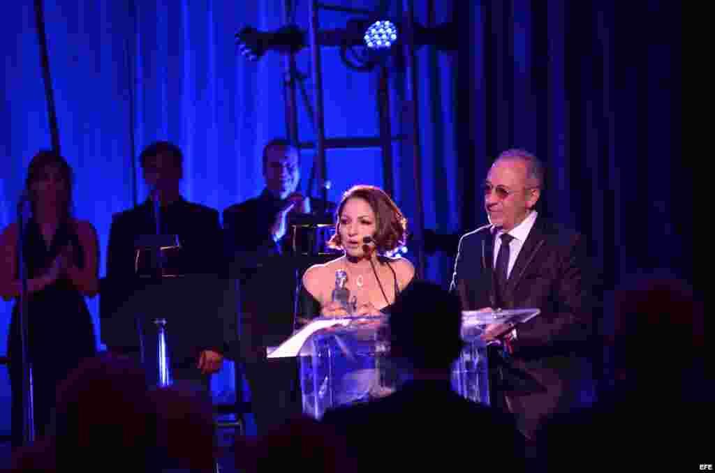 Gloria Estefan agradece el homenaje durante la ceremonia de los premios La Musa.