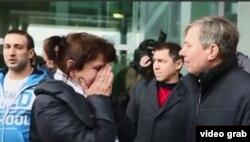 Familiares de los pasajeros del vuelo 9268 acuden en busca de información al aeropuerto Pulkovo de San Petersburgo.