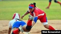 Softbolista cubana en acción.