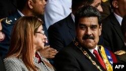 Nicolas Maduro y la primera dama de Venezuela Cilia Flores asisten a una ceremonia militar en Caracas.