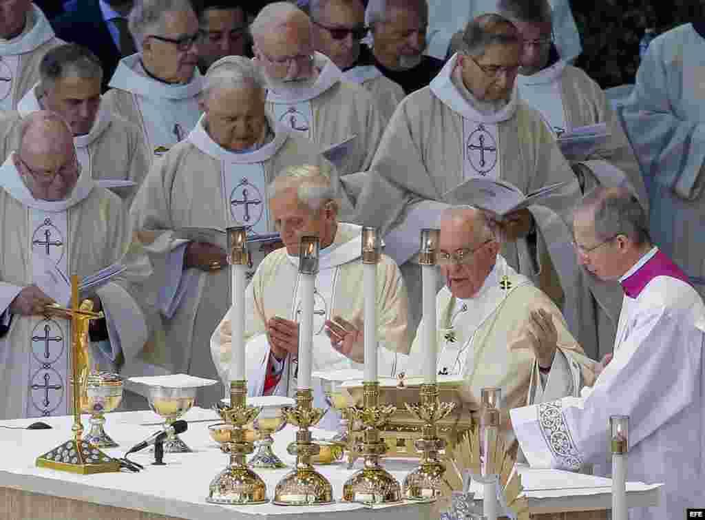 El papa Francisco preside la misa de canonización del fraile español Junípero Serra.