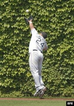 Dayán Viciedo atrapa una bola ante los Cachorros el miércoles, 29 de mayo de 2013.
