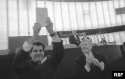 Payá muestra su premio Andrei Sajarov en el Parlamento Europeo.