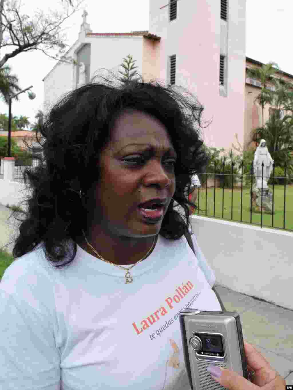 Berta Soler, líder del grupo Damas de Blanco, habla con Efe mientras participa hoy, domingo 2 de junio de 2013, en la tradicional marcha por la 5ta avenida, en La Habana (Cuba), después de regresar a la isla de un recorrido por varios países en busca de a
