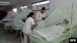 Foto de archivo. Un grupo de pacientes que padecen dengue permanecen internados en un hospital en Cuba.