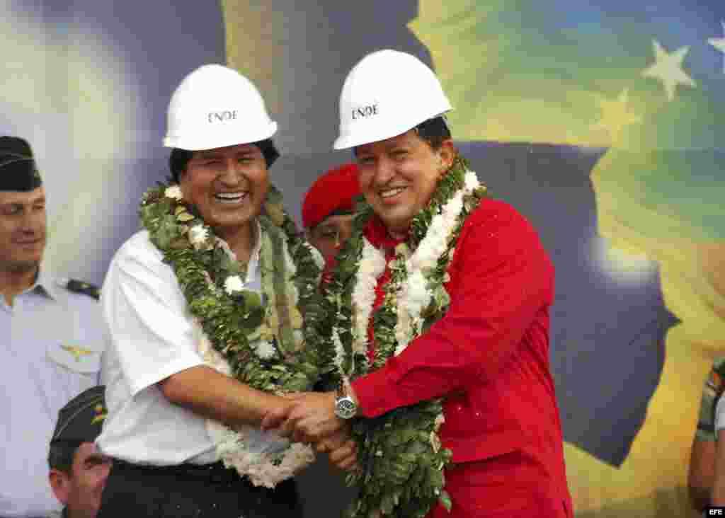Bolivia también está en apuros. Solía importar la mayoría de su diésel de Venezuela, pero los envíos se contrajeron y Chile se convirtió en su principal proveedor. Evo Morales y Chávez firmaron acuerdos entre ENDE, de Bolivia, y PDVSA.