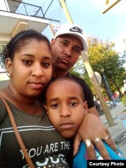Yoandris Verane junto a la esposa y su hijo Foto Cortesía de Yoandris Verane