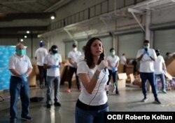 Rosa María Payá, promotora del proyecto Cuba Decide, habla durante la recogida de ayuda para enviar a los cubanos de la isla organizada por la iniciativa Solidaridad entre Hermanos, el 16 de mayo del 2020.