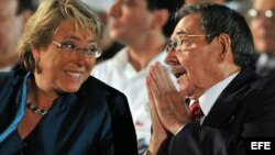 Una prima de la ex presidenta socialista Michelle Bachelet (en la foto con Raúl Castro) aparece involucrada en el escándalo.