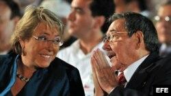 Michelle Bachelet (en la foto con Raúl Castro)