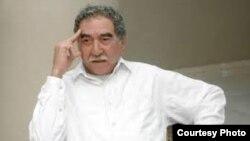 Estatua de Gabriel García Márquez sentado en una mecedora, Museo de Cera de Bayamo, Cuba.