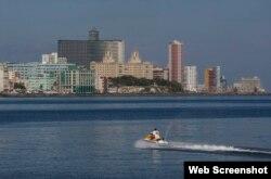 Lanchas rápidas de EEUU realizan una exhibición frente al Malecón habanero.