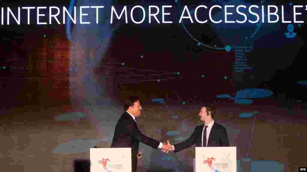 El presidente de Panamá, Juan Carlos Varela (i), estrecha la mano del fundador de Facebook, Mark Zuckerberg (d), durante la cumbre empresarial II CEO Summit of the Americas, jueves 9 de abril de 2015, en Ciudad de Panamá.