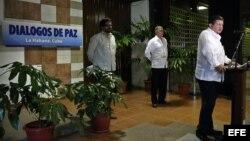 """El comandante de las Fuerzas Armadas Revolucionarias de Colombia (FARC), Jorge Torres Victoria (der), alias """"Pablo Catatumbo"""", lee un comunicado de ese grupo guerrillero hoy, lunes 9 de septiembre de 2013, al Palacio de Convenciones en La Habana (Cuba), p"""