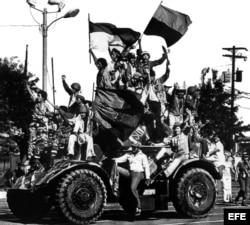 Miembros de la guerrilla del Frente Sandinista de Liberación Nacional (FSLN), entran en Managua celebrando la derrota de Anastasio Somoza Debayle y la fuga de su sucesor Francisco Urcuyo