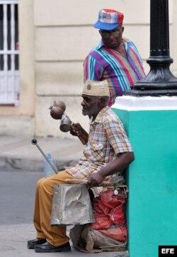 """Un anciano conocido como """"el hombre orquesta"""" toca en una esquina del parque Céspedes."""