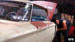 Un hombre repara un viejo Oldsmobile de la década del 50 en un taller particular en La Habana (Cuba).