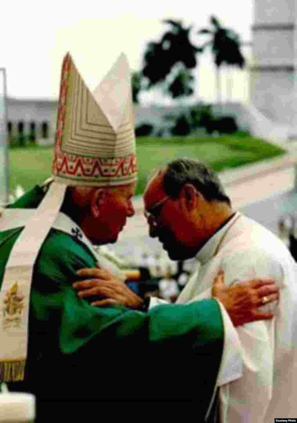 Juan Pablo II y el cardenal Ortega, en 1998.
