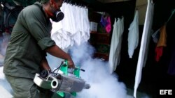 """La fumigación durante la """"Operación salud"""", respaldada por las FAR y la PNR."""