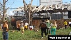 Trabajadores cubanos buscan recuperar la instalación para la práctica del boxeo en Caibarién.