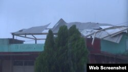 Un consultorio médico en Maisí se quedó sin techo por el embate de los vientos. (Twitter)