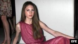 Una modelo luce un vestido de la colección Primavera del diseñador Alvin Alley.