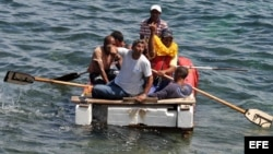 ARCHIVO. Un grupo de cubanos a bordo de una embarcación rústica.