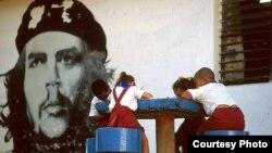 Niños cubanos bajo el ojo vigilante del Che Guevara (Foto Mike Keran)