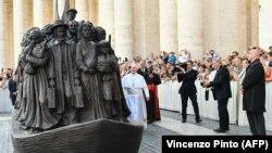 Papa Francisco ante una escultura de Timothy P. Schmaltz que refleja a un grupo de 140 migrantes de diferentes tiempos y culturas.