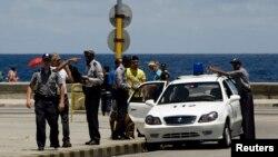 La policía controla el Malecón habanero. REUTERS/Desmond Boylan
