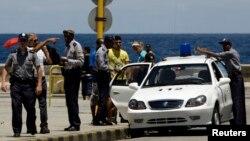 La policía controla el Malecón habanero. (Archivo)