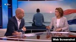 """El periodista Siebe Sietsma (izquierda) presenta la investigación sobre las expatriaciones forzosas en Cuba con la conductora del noticiero de la televisión holandesa """"Nieuwsuur""""."""